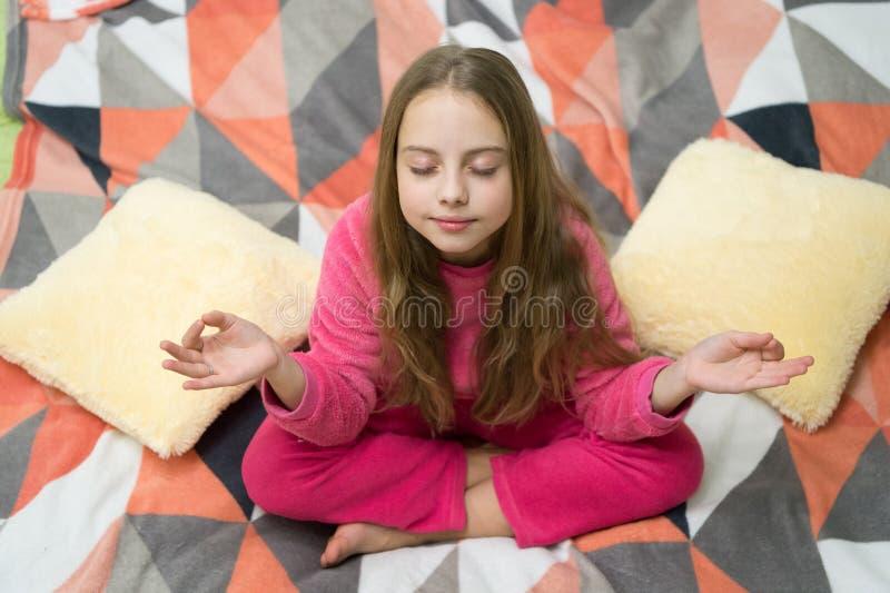 Pequeño niño de la muchacha listo para dormir Hora de relajarse Felicidad de la niñez Buenos días El día de los niños internacion imágenes de archivo libres de regalías
