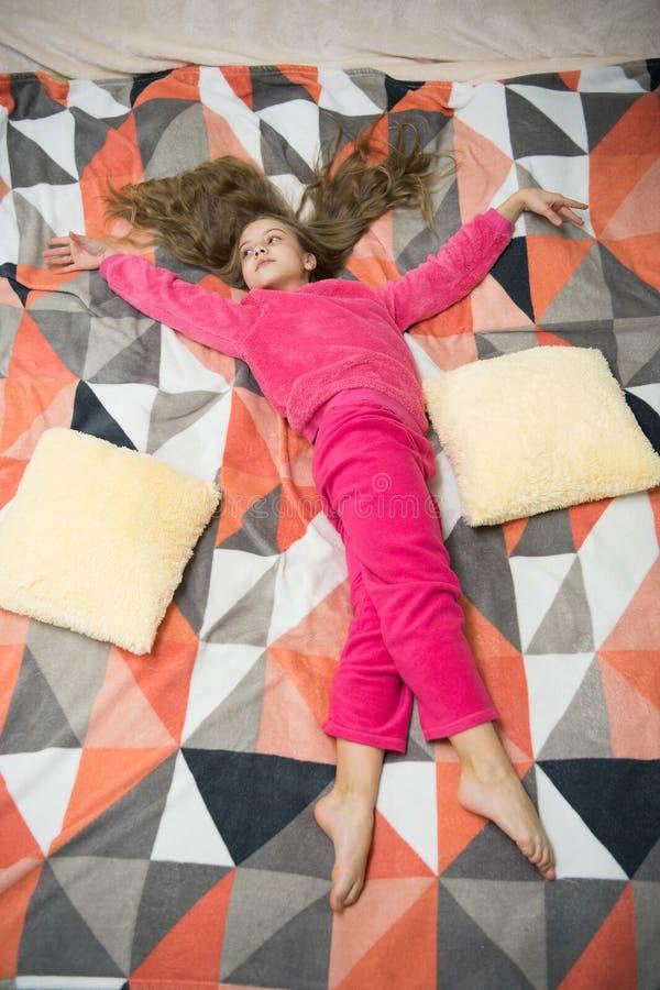 Pequeño niño de la muchacha listo para dormir Hora de relajarse Felicidad de la niñez Poco muchacha feliz en dormitorio Partido d imagen de archivo libre de regalías