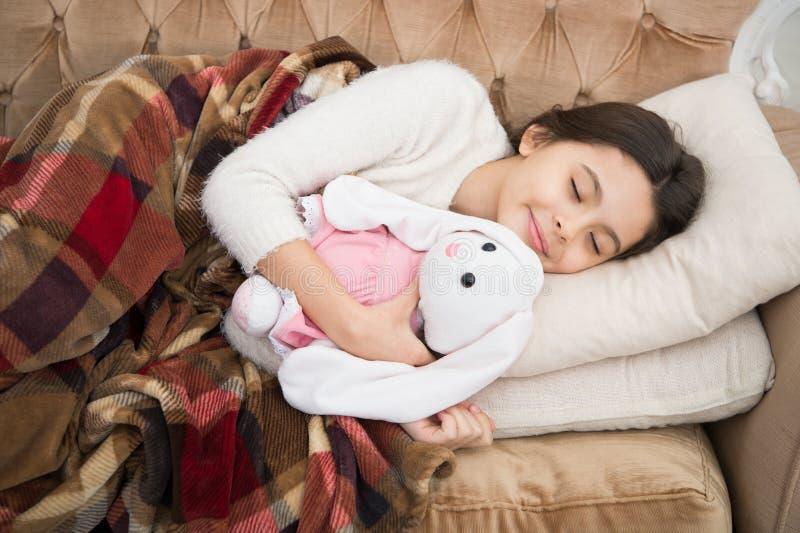 pequeño niño de la muchacha Sueños dulces sueño feliz de la niña en cama Familia y amor El día de los niños Felicidad de la niñez fotos de archivo