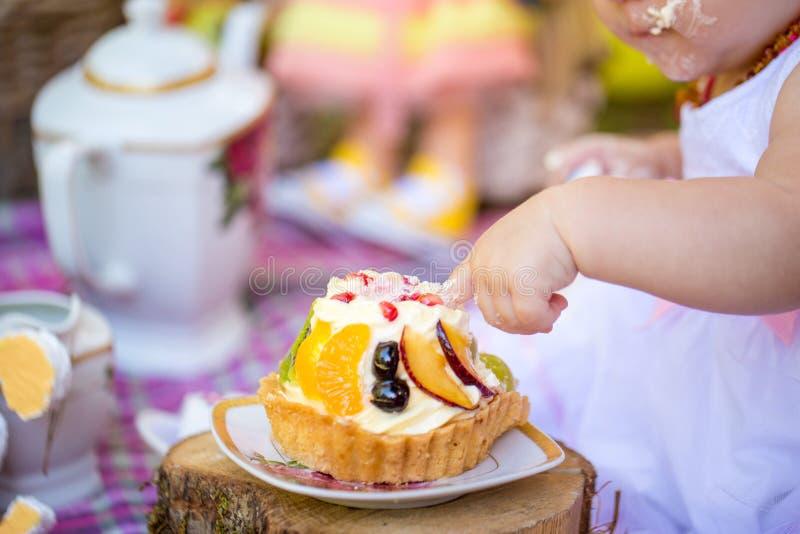 Pequeño niño del bebé que come su primera torta de cumpleaños imágenes de archivo libres de regalías