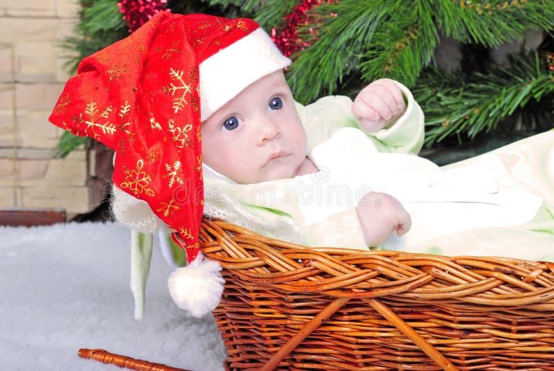 Pequeño niño del pecho en cesta fotos de archivo libres de regalías