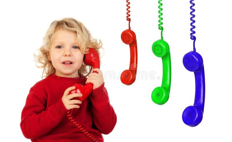 Pequeño niño divertido que habla en el teléfono y otros phon colorido fotos de archivo libres de regalías