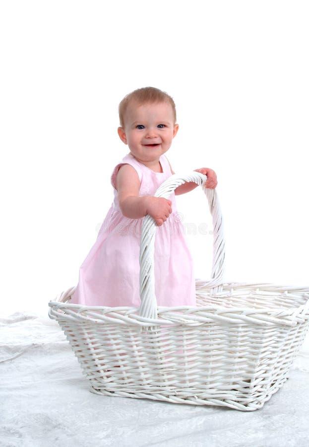 Pequeño niño en una cesta grande imagen de archivo libre de regalías
