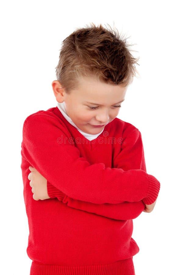 Pequeño niño enojado con el jersey rojo foto de archivo