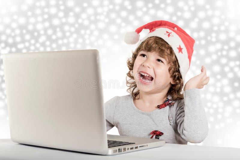 Pequeño niño feliz foto de archivo libre de regalías