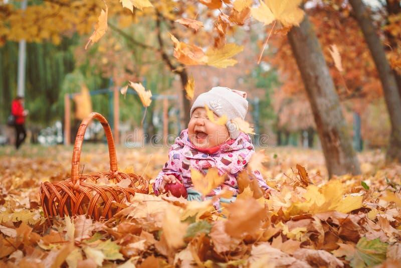 Pequeño niño feliz, bebé que juega en otoño fotos de archivo libres de regalías