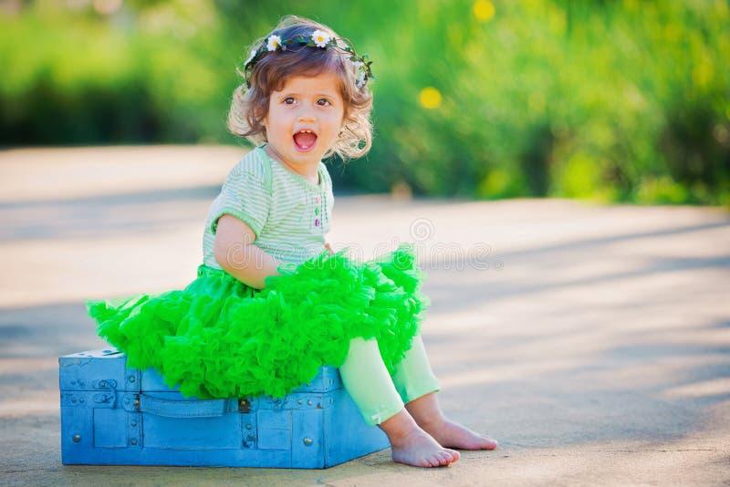Pequeño niño feliz de la muchacha en verano imágenes de archivo libres de regalías