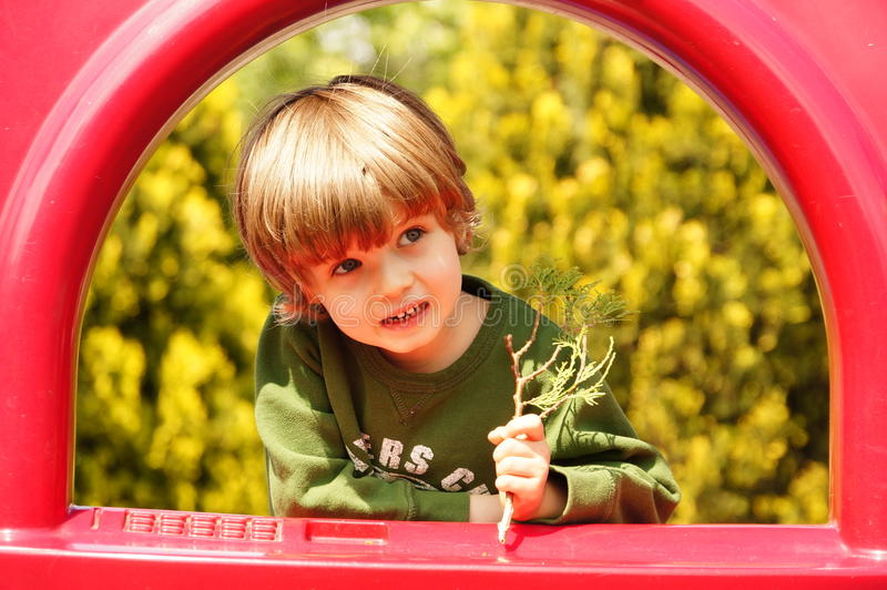 Pequeño niño feliz, el jugar del bebé imagen de archivo libre de regalías