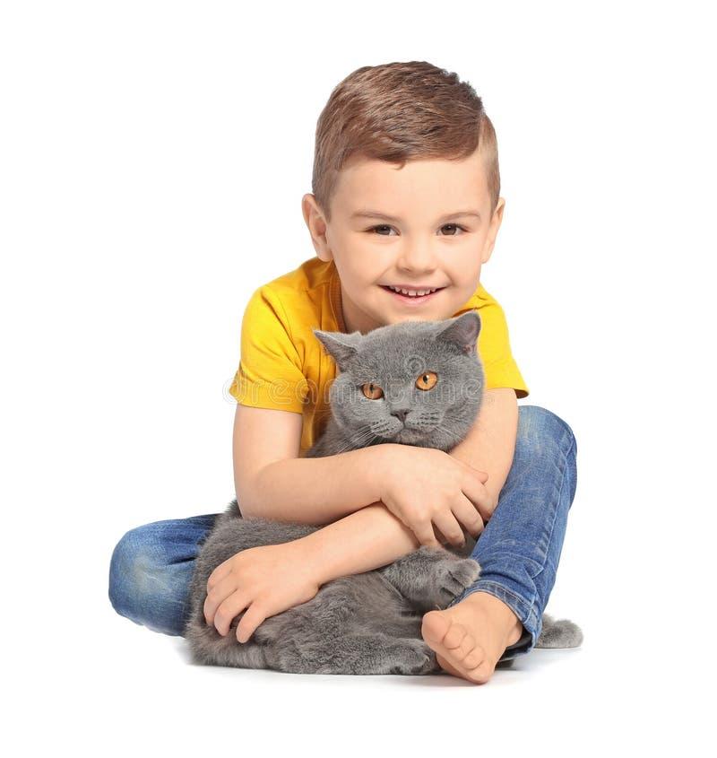 Pequeño niño lindo con el gato imagen de archivo