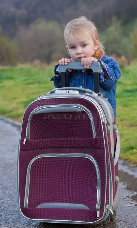 Pequeño niño lindo con la maleta imagen de archivo