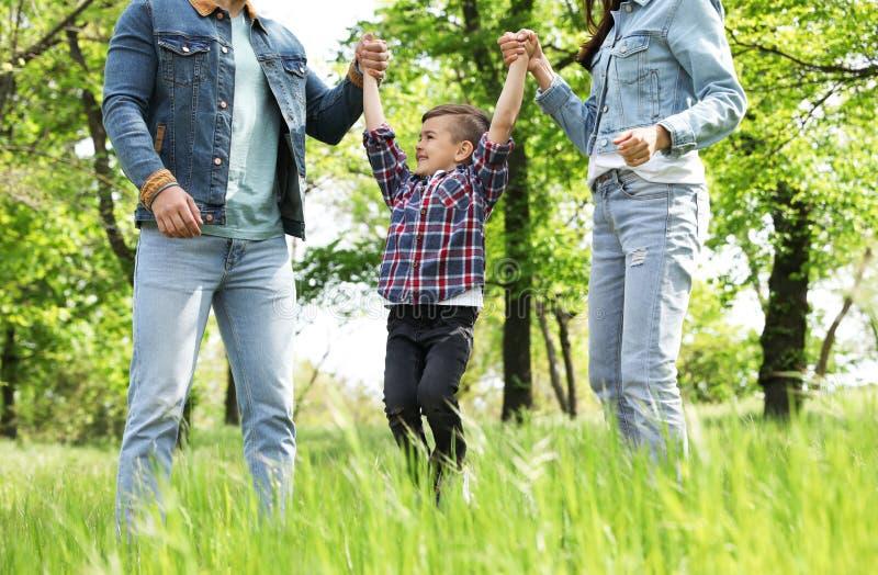 Peque?o ni?o lindo que se divierte con sus padres Fin de semana de la familia fotos de archivo libres de regalías