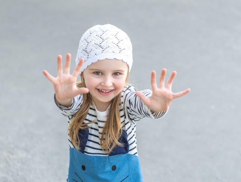 Pequeño niño que alcanza hacia fuera con sus manos imagenes de archivo