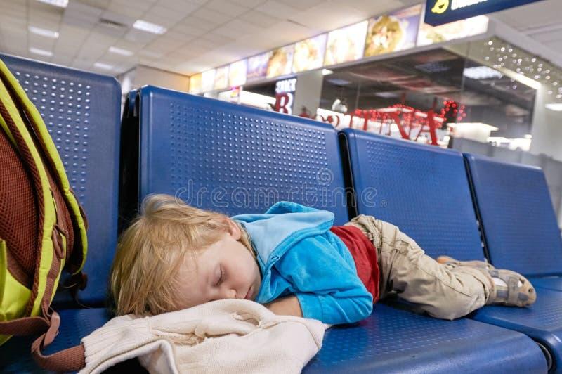 Pequeño niño que duerme en silla imagenes de archivo