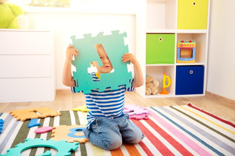 Pequeño niño que juega con números imagen de archivo libre de regalías