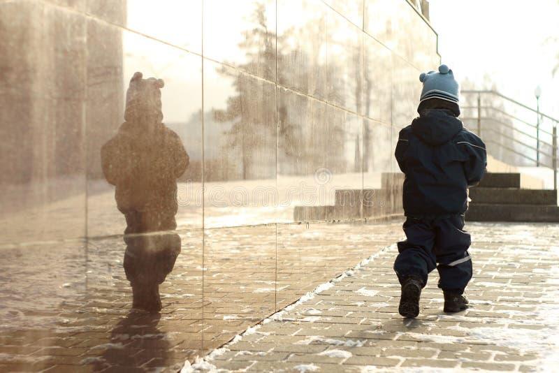 Pequeño niño stroll Tiempo frío calle fotografía de archivo