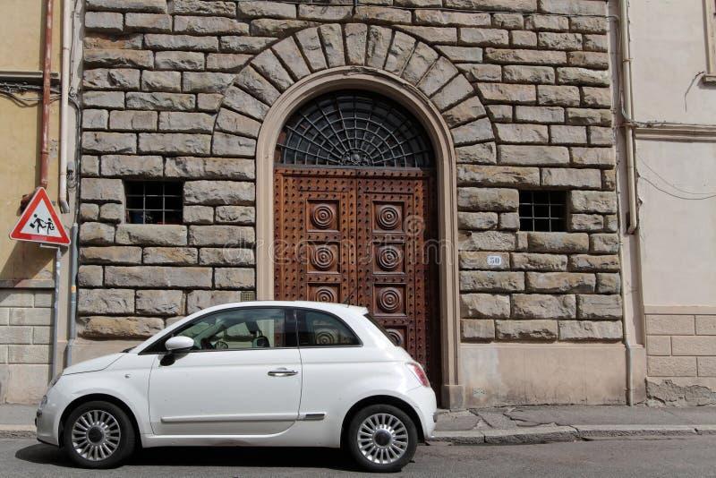 Pequeño nuevo coche y casa vieja del renacimiento foto de archivo