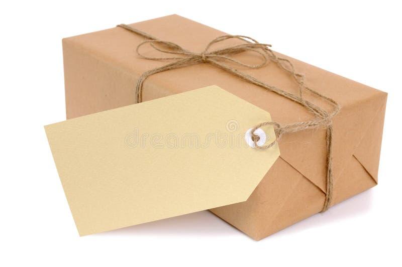 Pequeño paquete del papel marrón con la etiqueta imágenes de archivo libres de regalías