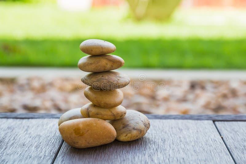 pequeño parecer de piedra yoga del zen fotos de archivo libres de regalías