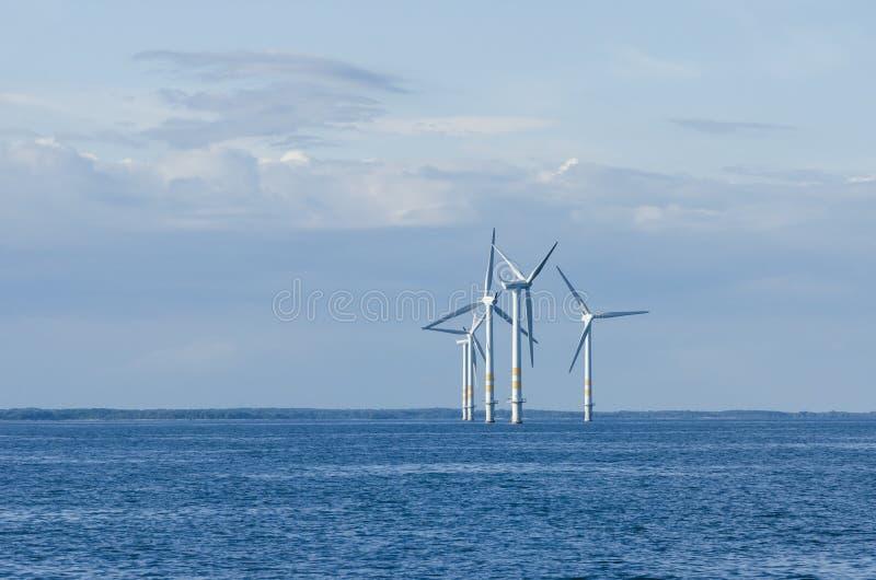 Pequeño parque eólico costero fotos de archivo