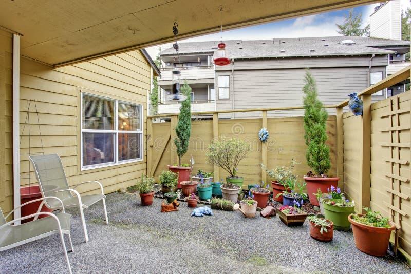 Peque o patio trasero con la porci n de macetas foto de - Patios con macetas ...
