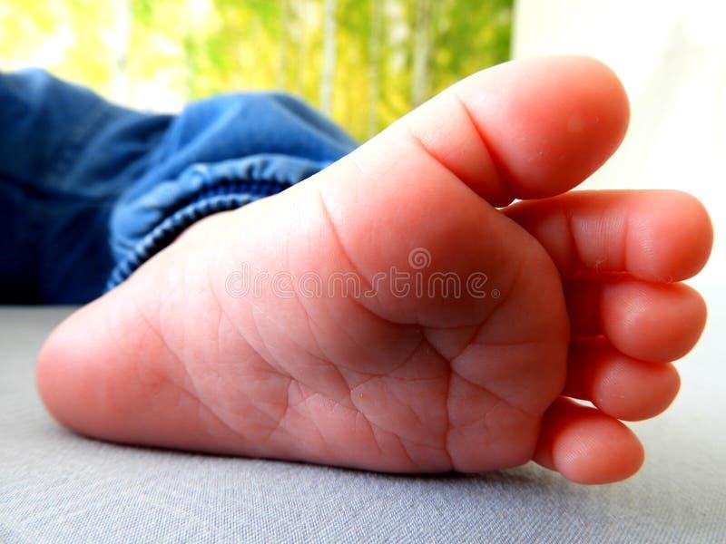 Pequeño pie del bebé, pequeños dedos del pie imágenes de archivo libres de regalías