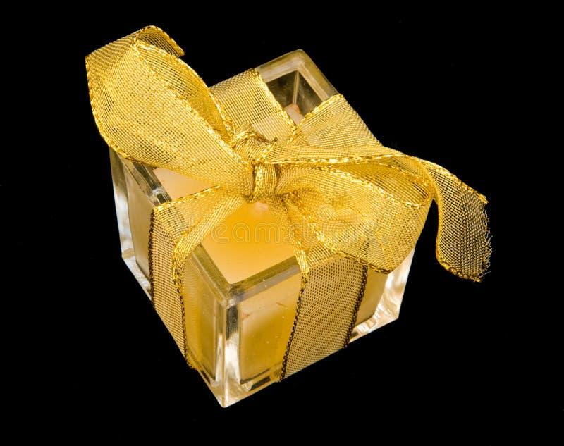 Pequeño presente pero envuelto con la cinta del oro. imágenes de archivo libres de regalías