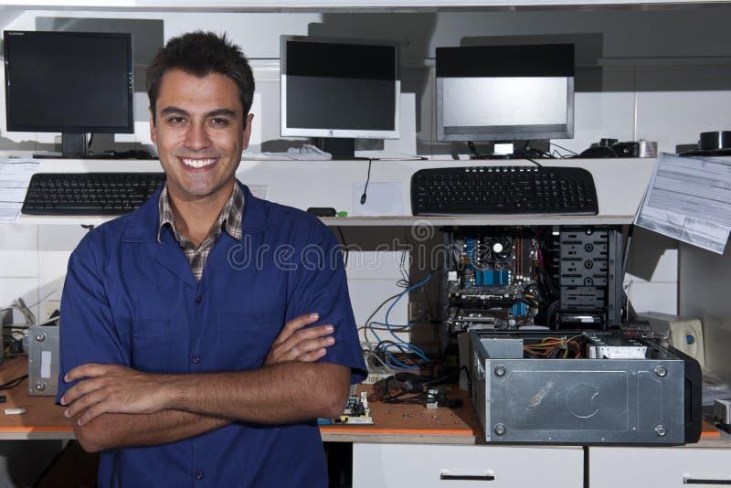 Pequeño propietario de negocio de un almacén de la reparación del ordenador fotografía de archivo libre de regalías