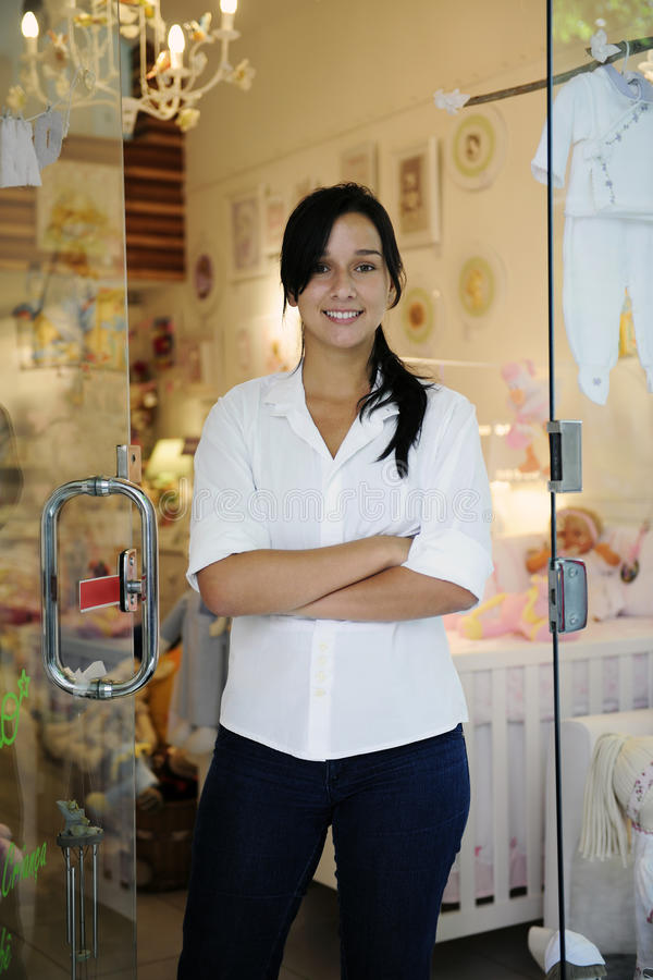 Pequeño propietario de negocio: mujer orgullosa y su almacén fotos de archivo libres de regalías