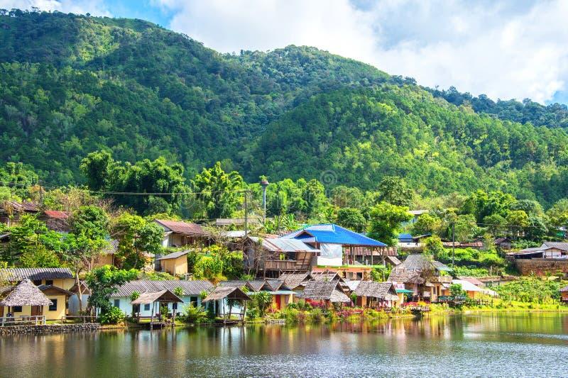 Pequeño pueblo al lado del lago y de la montaña foto de archivo libre de regalías
