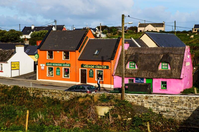Pequeño pueblo de Doolin con la tienda de arte, Irlanda imagen de archivo