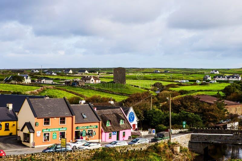 Pequeño pueblo de Doolin con la tienda de arte, Irlanda imagenes de archivo