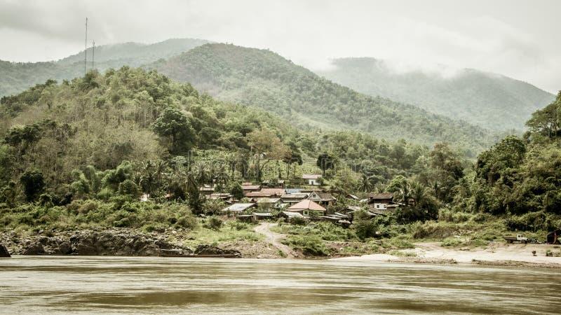 Pequeño pueblo de la selva al lado del río foto de archivo libre de regalías