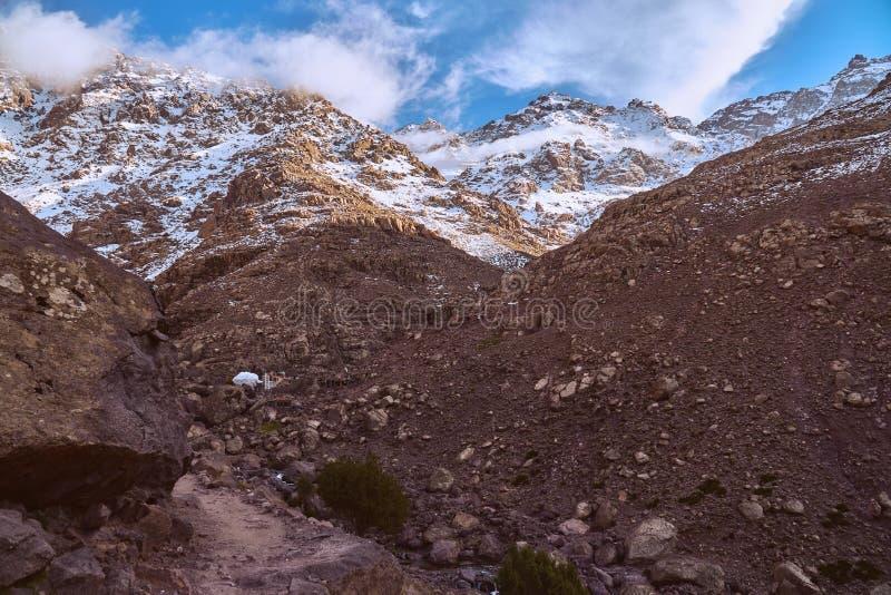 Pequeño pueblo de montaña rural en altas montañas de atlas fotos de archivo libres de regalías