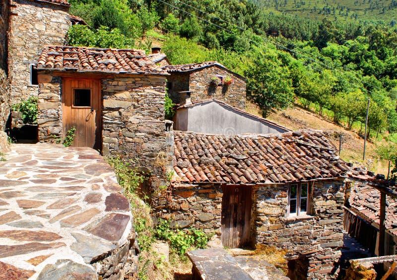 Pequeño pueblo de montaña típico del esquisto fotos de archivo libres de regalías