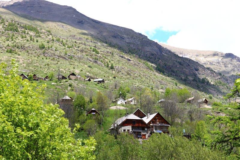 Pequeño pueblo Dormillouse, parque nacional de Ecrins, Francia fotografía de archivo