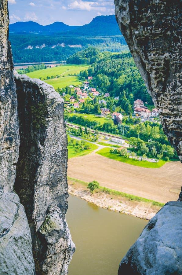 Pequeño pueblo en la orilla de Elba Visión entre las rocas de la piedra arenisca en Bastai Suiza sajona, Dresden, Alemania fotografía de archivo