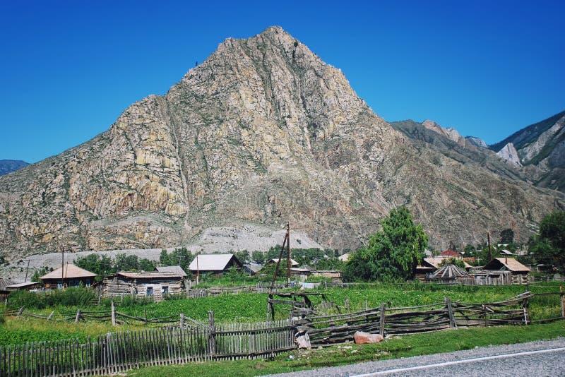 Download Pequeño Pueblo En Las Montañas De Altai, Rusia Imagen de archivo - Imagen de aldea, altai: 42426645