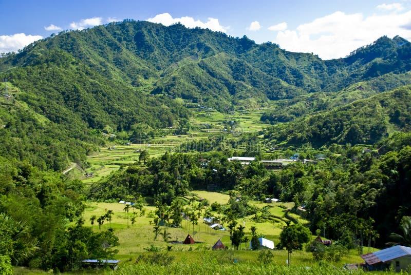 Pequeño pueblo en las terrazas del arroz imágenes de archivo libres de regalías
