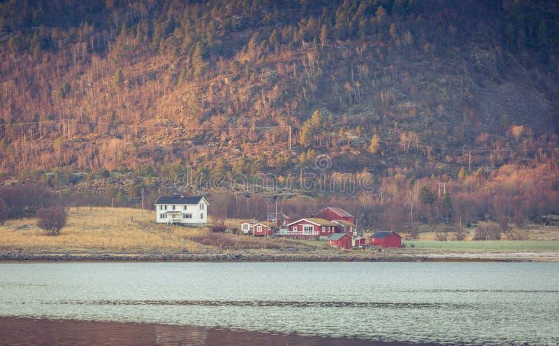 Pequeño pueblo en una base de una montaña fotos de archivo libres de regalías