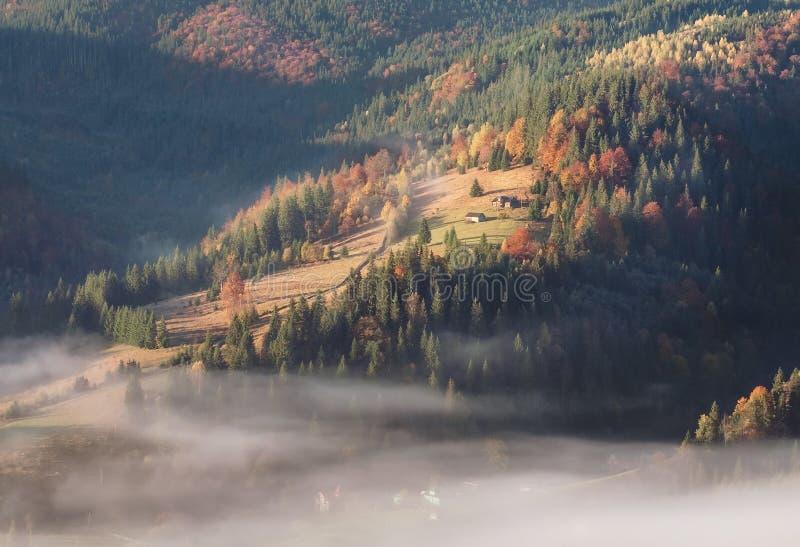 Pequeño pueblo en una colina de la montaña foto de archivo