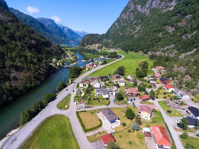 Pequeño pueblo a lo largo del camino Visión aérea en el valle hermoso cerca de la ciudad de Odda en el acuerdo de Hildal, región  fotos de archivo libres de regalías