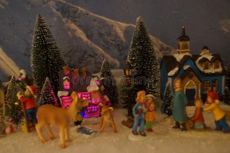 Pequeño pueblo miniatura con la decoración de la Navidad imagen de archivo