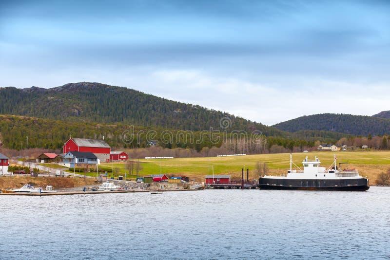 Pequeño pueblo noruego con las casas y el transbordador de madera coloridos fotografía de archivo libre de regalías