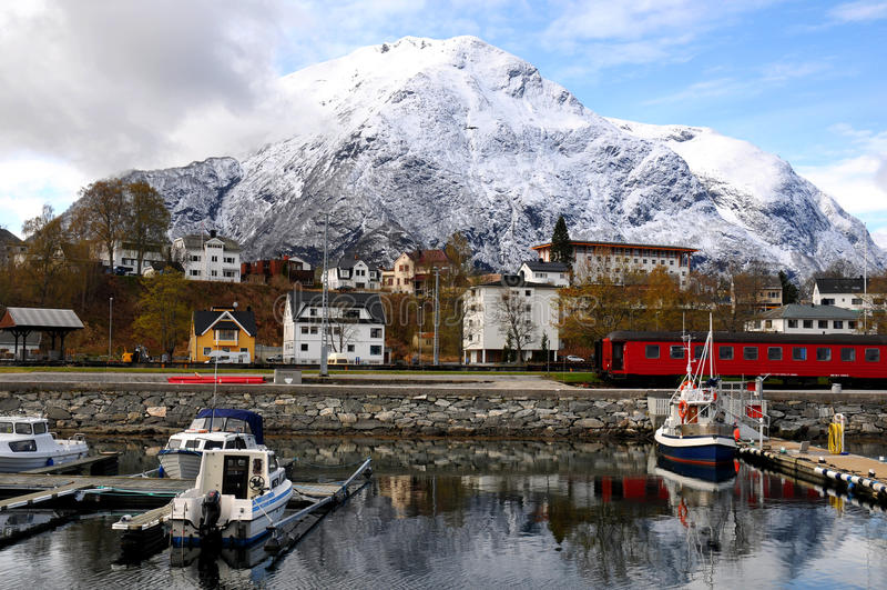 Pequeño pueblo pesquero, fiordo, Noruega fotos de archivo