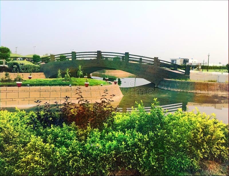 Pequeño puente de madera en jardín fotos de archivo libres de regalías
