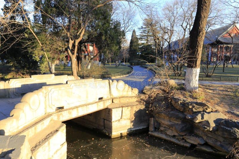 Pequeño puente de piedra del lago congelado del weiminghu en la Universidad de Pekín, adobe rgb imágenes de archivo libres de regalías