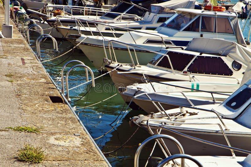 Pequeño puerto apretado con los barcos de navegación fotografía de archivo libre de regalías