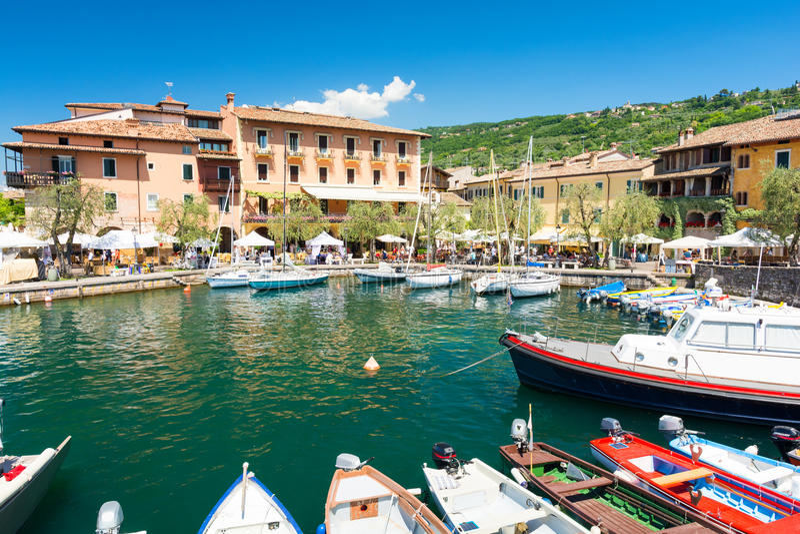 Pequeño puerto colorido en Torri del Benaco en el lago Garda, Italia foto de archivo libre de regalías