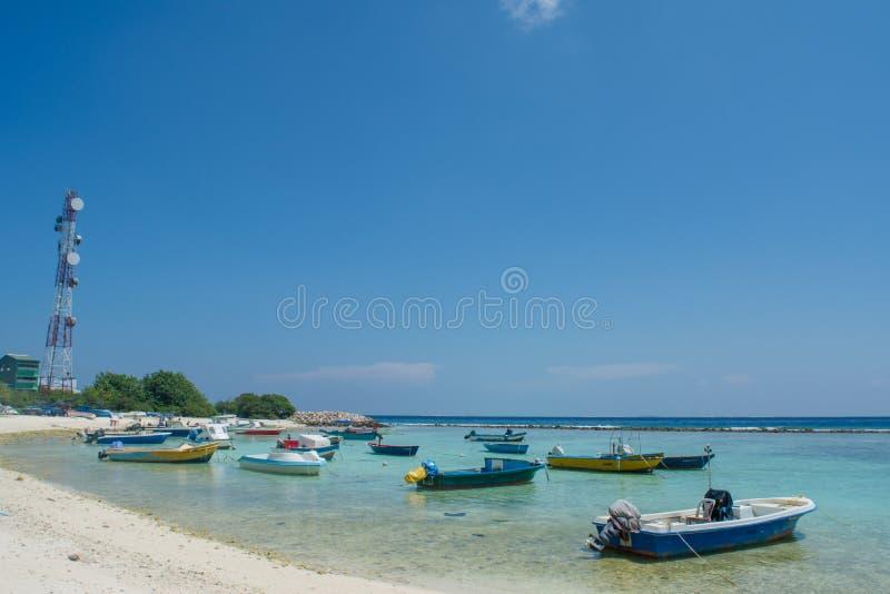 Pequeño puerto del ` s de los pescadores con los barcos en la isla de Villingili fotografía de archivo