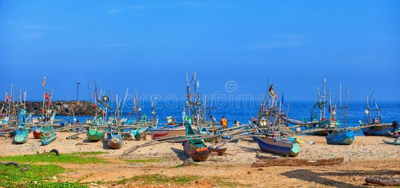 Pequeño puerto para pescar los barcos de madera Galle, Sri Lanka fotografía de archivo